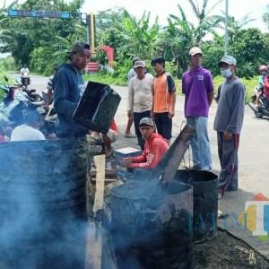 Warga Bondowoso Rela Jual Ayam Demi Perbaiki Jalan Rusak