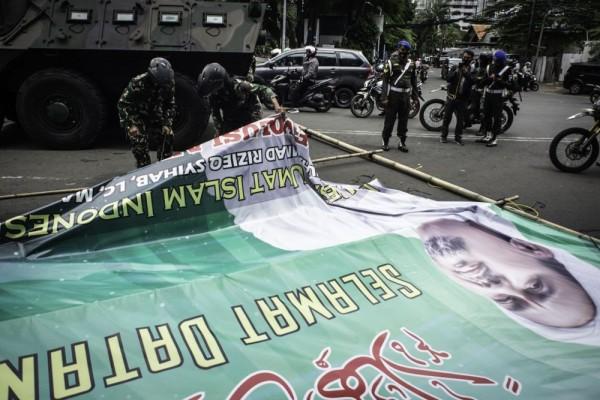 Viral Pria Lawan Aksi TNI Copot Baliho Rizieq Shihab: Lo Copot Gue Pasang Lagi!