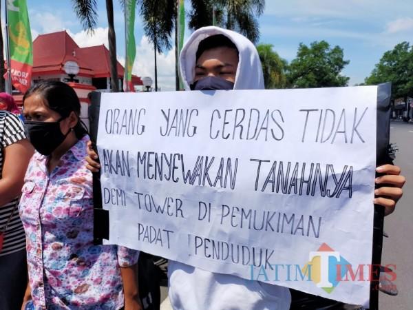 Warga unjuk rasa di kantor Pemkot Blitar