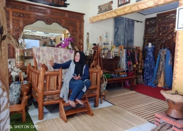 Bu Murni saat menerima MadiunTIMES di galeri batik Murni. (Foto: Dokumen JatimTIMES)