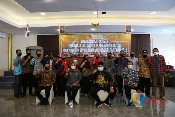 Ketua Bawaslu Provinsi Jawa Timur Moh. Amin membuka Bimtek PDK di Kabupaten Blitar. (Foto: Dokumen BlitarTIMES)