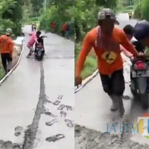 Sepeda Motor Nyelonong Masuk Cor Basah, Aksi Pria di Tulungagung Ini Viral