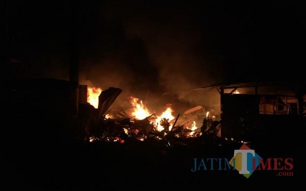 Saat api melahap warung kopi di Desa Karanganom, Kecamatan Kauman. (Foto: Gatot / Tulungagung TIMES)