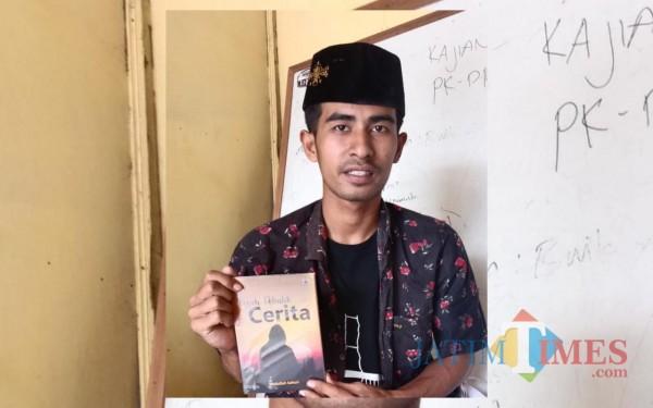 Abdullah Sahuri saat tampilkan hasil karya keduanya (Foto: Istimewa)