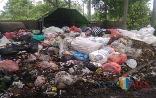 Tempat sampah di Desa Panjerejo yang dikeluhkan baunya oleh masyarakat sekitar. (Foto: Istimewa / Tulungagung TIMES)