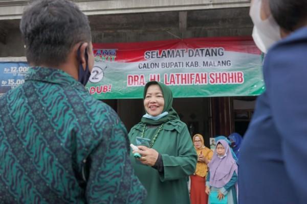 Calon Bupati Malang nomor urut dua yakni Lathifah Shohib saat berdialog dengan masyarakat. (Foto: Dok. Malang Bangkit)