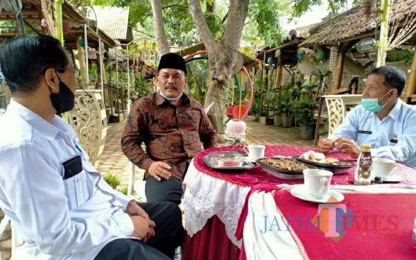 Kepala Dinas Koperasi dan UMKM Slamet Sunarto bersama Choirurrohim anggota DPRD Kabupaten Tulungagung komisi B (Foto: Anang Basso/ TulungagungTIMES)