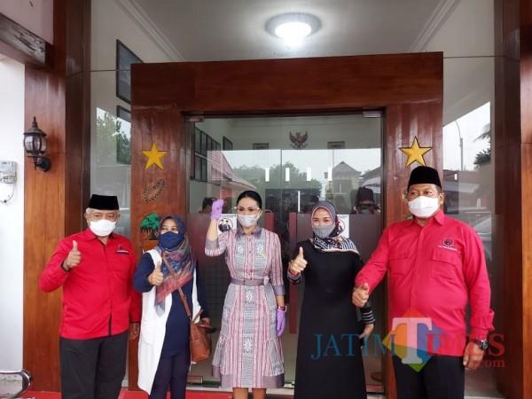 Paslon Sanusi-Didik Gatot Subroto (SanDi) saat bersama anggota DPR-RI Krisdayanti di Kantor DPC PDIP Kabupaten Malang. (Foto: Tubagus Achmad/MalangTimes)
