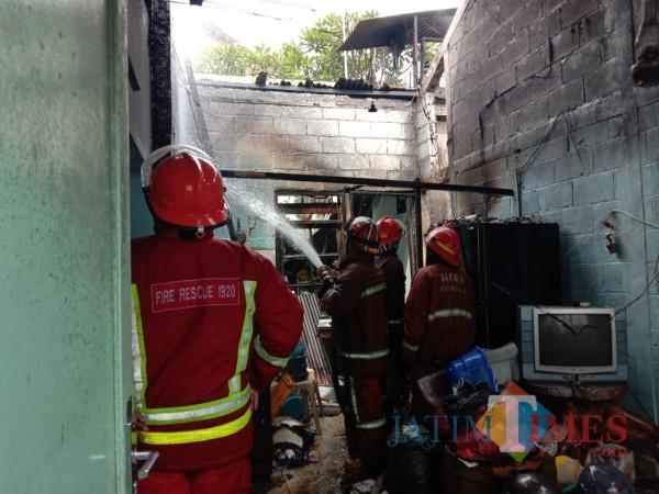 Petugas Damkar Kota Malang yang memadamkan api di lokasi kebakaran (Anggara Sudiongko/ MalangTIMES)