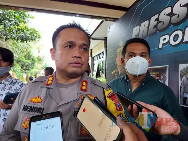 Kapolres Malang AKBP Hendri Umar saat ditemui awak media usai melakukan ungkap kasus di Mapolres Malang, Kamis (26/11/2020). (Foto: Tubagus Achmad/MalangTimes)