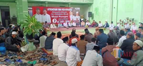 Kondisi saat para alumni santri Ponpes Sidogiri, Pasuruan saat mengadakan istighosah dan doa bersama di kediaman Sanusi, Rabu (25/11/2020). (Foto: Dok. JatimTimes)