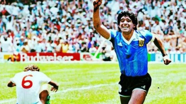 Maradona saat merayakan gol 'Tangan Tuhan'. (istimewa)