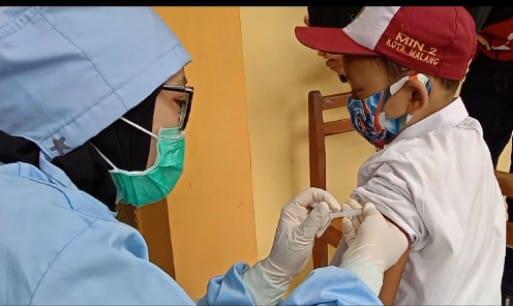 Suasana saat siswa diimunisasi oleh petugas kesehatan Puskesmas Janti. (Foto: Istimewa).