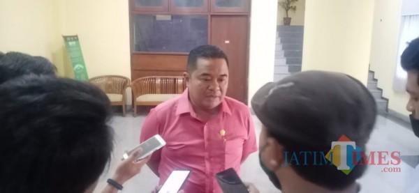 Tampak, Ketua DPRD Bangkalan saat diwawancarai oleh sejumlah wartawan (Foto: Redaksi BangkalanTIMES)
