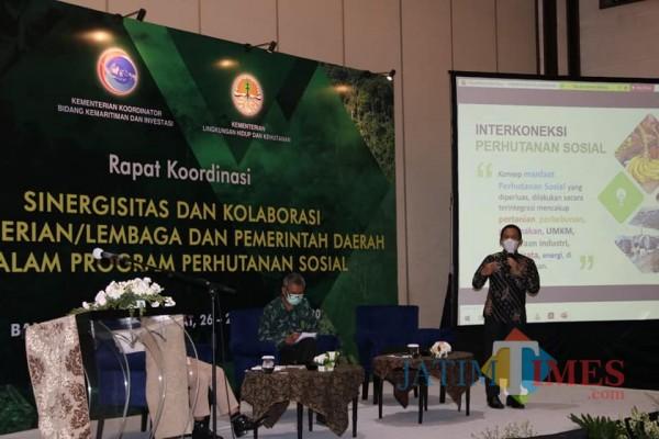 Cak Thoriq ketika presentasi perencanaan perhutanan sosial di Bandung (Foto : Moch. R. Abdul Fatah / Jatim TIMES)