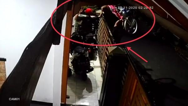 Dua pelaku pencurian yang  tengah mengeluarkan sepeda dari rumah korban (Ist)