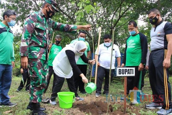 Peringati Hari Menanam, Bupati Bojonegoro Ajak Warga Peduli Lingkungan