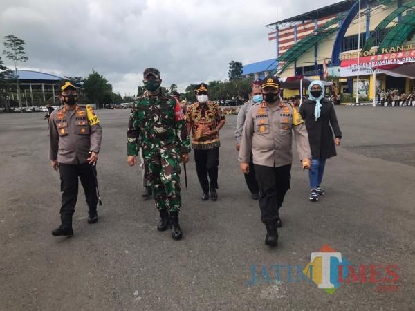 Kapolres Malang, AKBP Hendri Umar saat mengecek pasukan peserta apel simulasi pam pilkada. (Hendra Saputra)