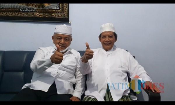 Calon Bupati Malang dari pasangan SanDi nomor urut 1, Sanusi (kiri) saat bersilahturahmi kepada Mustasyar PCNU Kabupaten Malang, KH Ahmad Dahlan (Foto: Tim SanDi for MalangTIMES)