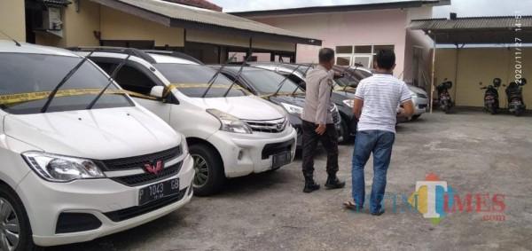 Petugas Polsek Semboro saat memeriksa kendaraan yang menjadi barang bukti penggelapan yang dilakukan pelaku. (foto : ulum Pitek / Jatim TIMES)