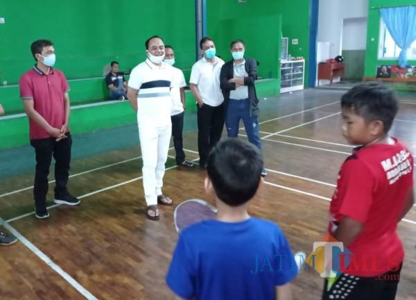 Ketua Umum PBSI Kota Malang Heri Mursid saat bercengkrama dengan atlet didik bulutangkis PB Brawijaya Junior (Hendra Saputra)