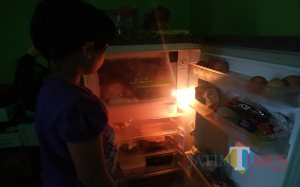 Kulkas yang lama tak dibersihkan dan berisi barang sering mengakibatkan bau tak sedap. (Foto: Anang Basso / Tulungagung TIMES)