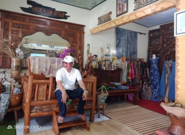 Mardjijanto Kepala Desa Jomblang saat mendampingi warganya di Galeri Batik Murni Kota Madiun