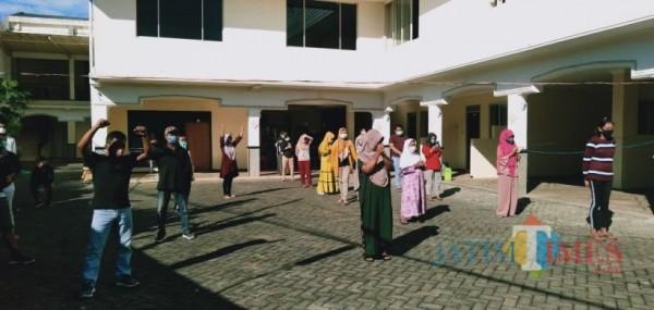 Pasien konfirm positif yang dinyatakan sembuh saat senam di shelter hotel Mutiara Baru beberapa saat lalu. (Foto: Irsya Richa/MalangTIMES)