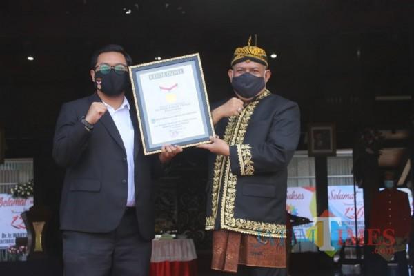 Penjabat Sementara (Pjs) Bupati Malang, Sjaichul Ghulam saat menerima penghargaan rekor dari MURI di Pendopo Kepanjen, Sabtu (28/11/2020). (Foto: Dok. JatimTimes)