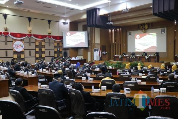 Situasi dan kondisi pelaksanaan Sidang Paripurna Istimewa di Gedung DPRD Kabupaten Malang, Sabtu (28/11/2020). (Foto: Tubagus Achmad/MalangTimes)