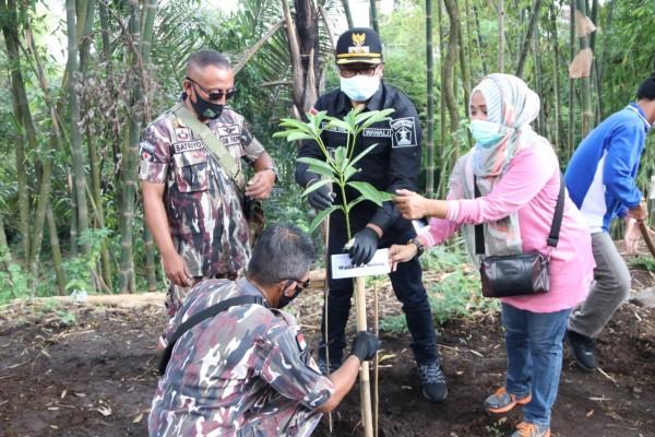 Wakil Wali Kota Malang, Sofyan Edi Jarwoko (tengah) saat melakukan gerakan menanam pohon (Humas Pemkot Malang).