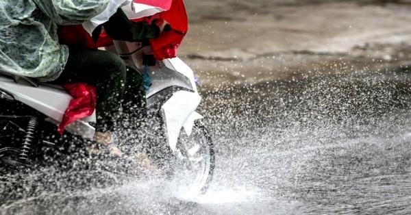 Yamaha Bagikan 3 Tips Berkendara Motor Tetap Aman di Musim Hujan