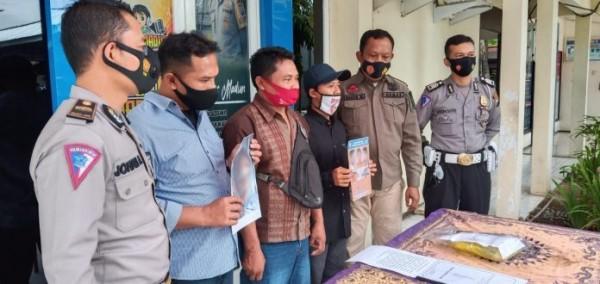 Kerabat korban laka lantas tersebut menggelar press release di depan Kantor Laka Lantas Sat Lantas Polres Madiun.