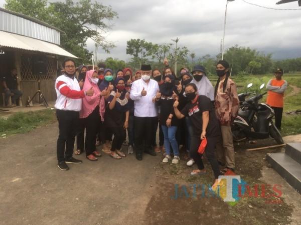 Calon bupati Malang dari pasangan SanDi nomor urut 1 Abah Sanusi (tengah, kemeja putih) saat menyapa warga ketika berkampanye. (Foto : Ashaq Lupito / MalangTIMES)