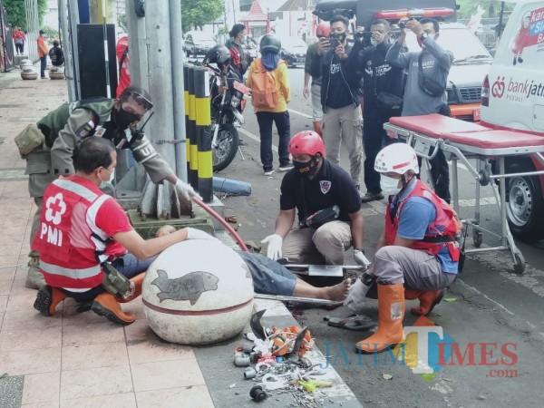 Petugas memberikan pertolongan pertama kepada korban