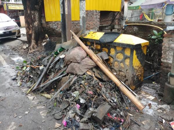 Tumpukan sampah dari hasil normalisasi saluran drainase di kawasan Jalan Soekarno- Hatta Malang. (DPUPRPKP for MalangTIMES)
