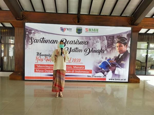 Wali Kota Batu Dewanti Rumpoko saat pemberian beasiswa BMH kepada anak yatim dan duafa di pendopo rumah dinasnya. (Foto: IST)