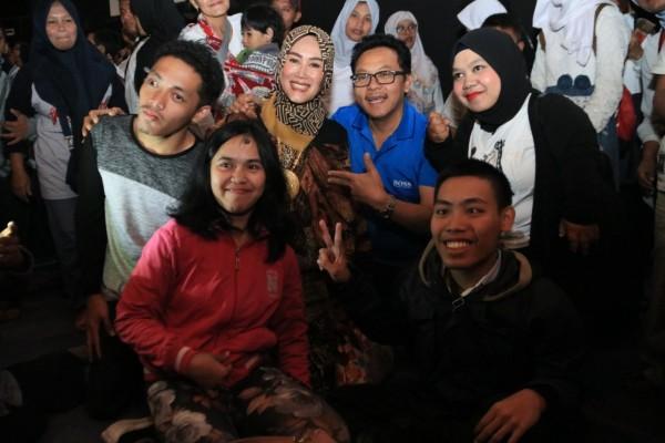 Wali Kota Malang Sutiaji didampingi istri Widayati Sutiaji (tengah) saat berfoto bersama anak-anak disabilitas (Dokumentasi Humas Pemkot Malang/Foto diambil sebelum pandemi covid-19).
