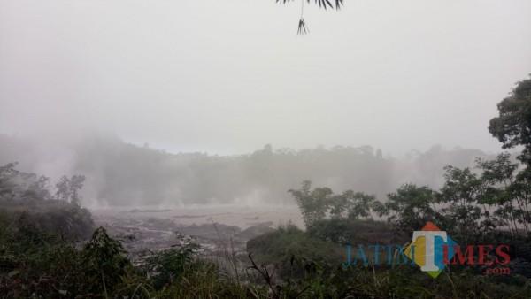 Lava pijar Gunung Semeri tadi malam (Foto : Moch. R. Abdul Fatah / Jatim TIMES)