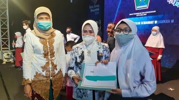Pembelajaran Daring dan Tugas Sekolah Tak Halangi Siswi SMPN 21 Malang Ini Raih Prestasi