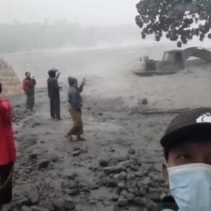 Kondisi Terbaru Gunung Semeru, Erupsi Justru Jadi Tontonan Warga