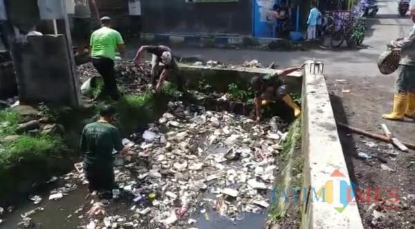 Masih Ditemukan Sampah saat Normalisasi, DPUPRPKP Ingatkan Imbasnya
