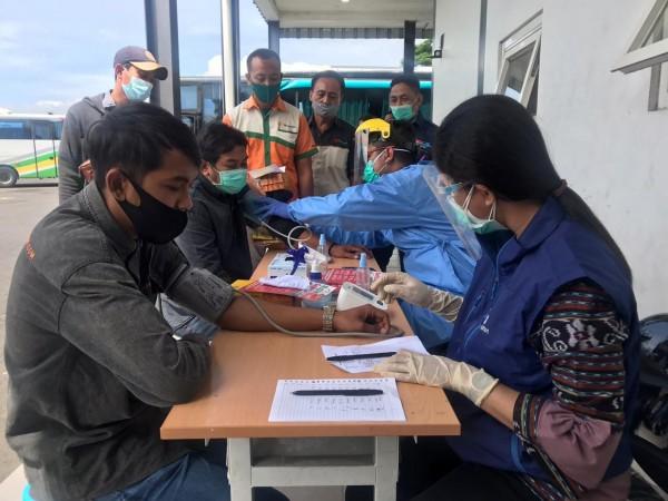 Para pengemudi bus di terminal Arjosari yang menjalani tes kesehatan (Ist)