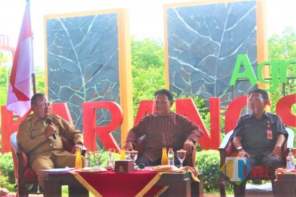 Pjs Bupati Blitar Budi Santosa (paling kiri)  saat menyampaikan paparan dalam talk show bersama Dinas Kominfo Jatim.(Foto : Aunur Rofiq/BlitarTIMES)