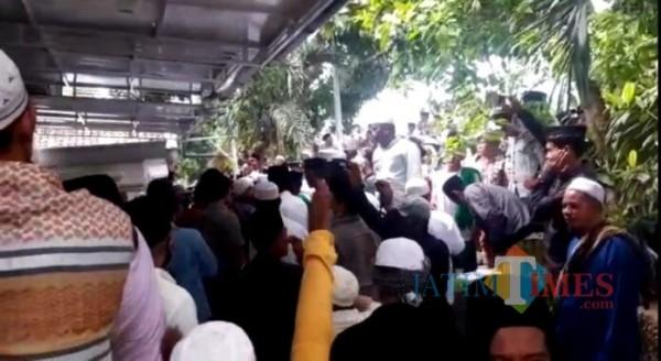 Sejumlah massa saat mendatangi rumah ibunda Mahfud MD di Pamekasan, Madura, Jawa Timur (Foto:Ist/JatimTIMES.com)