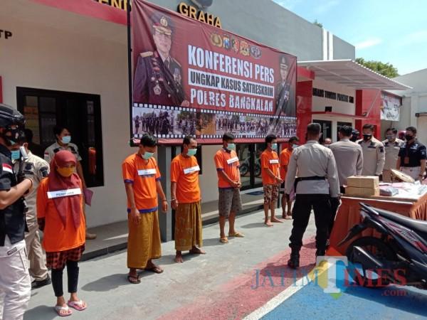 Sejumlah tersangka saat jumpa pers di Halaman Mapolres Bangkalan (Foto: Istimewa)