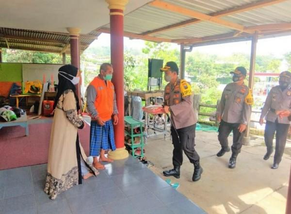 Kapolres Batu AKBP Catur C. Wibowo  dan jajaran Polres Batu melaksanakan giat kunjungan kepada warga masyarakat terdampak covid-19 di Desa Tlekung Kota Batu, Rabu (2/12/2020).