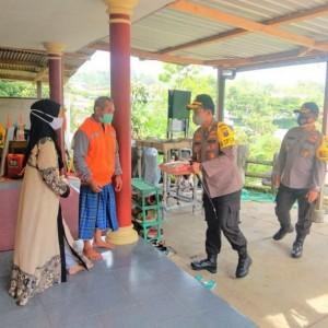 Kapolres Batu Kunjungi Desa Tlekung, Bagi Sembako dan Masker