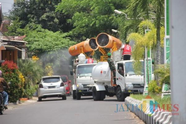 Zona Resiko Tinggi, Kawasan Kampus Unej dan Politeknik Jember Disemprot Belasan Ribu Liter Desinfektan