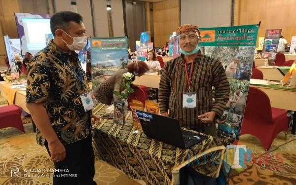 Kasi Pengembangan Ekonomi Kreatif Disporapar Kota Malang Agung H Buana (kiri) saat meninjau stan salah satu seller di agenda Table Top beberapa saat lalu (Anggoro Sudiangko/MalangTIMES).